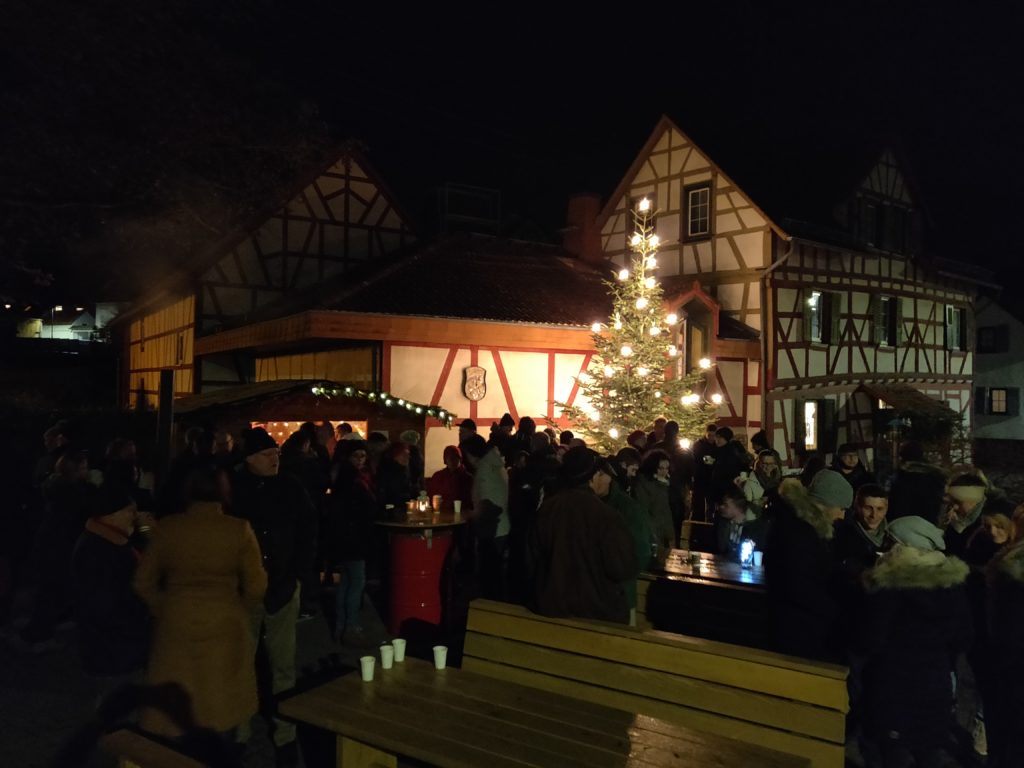 Adventszeit - Glühwein am Dorfplatz