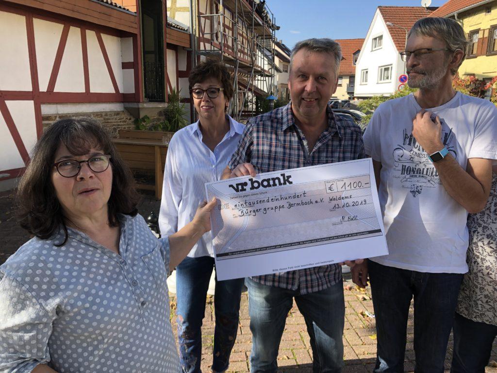 Apfelglühweingruppe aus Bermbach übergibt 1100,-€ an Bürgergruppe Bermbach e.V.