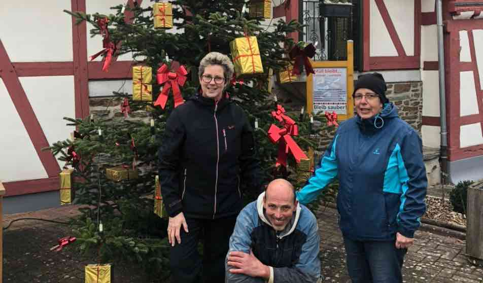 Weihnachtsbaum auf Dorfplatz