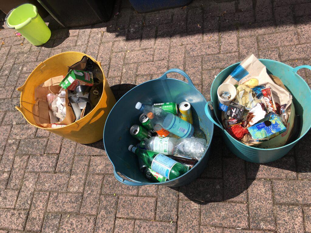 Müll und Zerstörungen auf Grillplatz